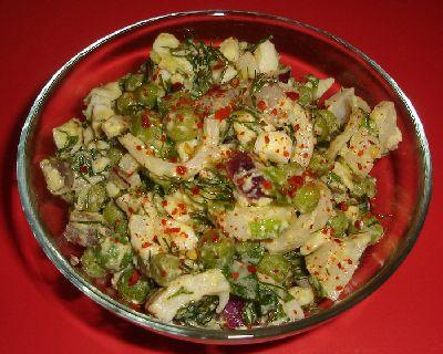 Салат из дайкона с кукурузой и кальмарами
